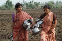 photo 6/11 - Sonali Kulkarni, Veena Jamkar - Maudite Pluie ! - © Damned Distribution