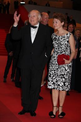 photo 27/36 - Michel Piccoli et sa femme - Montée des marches du film Habemus Papam - Habemus Papam - © Isabelle Vautier pour CommeAuCinema - Cannes 2011