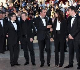 photo 47/126 - L'équipe du film - Montée des marches pour le film The Artist - Mai 2011 - The Artist - © Isabelle Vautier pour CommeAuCinema - Cannes 2011