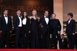 photo 37/126 - L'équipe du film - Montée des marches pour le film The Artist - Mai 2011 - The Artist - © Isabelle Vautier pour CommeAuCinema - Cannes 2011