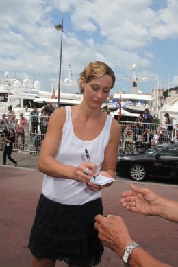 photo 14/33 - Cécile de France - Journée du 15 mai 2011 sur la Croisette - Le gamin au vélo - © Isabelle Vautier pour CommeAuCinema - Cannes 2011