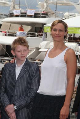 photo 15/33 - Thomas Doret et Cécile de France - Journée du 15 mai 2011 sur la Croisette - Le gamin au vélo - © Isabelle Vautier pour CommeAuCinema - Cannes 2011