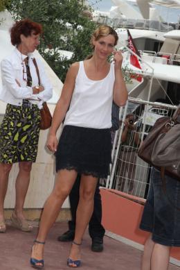 photo 12/33 - Cécile de France - Journée du 15 mai 2011 sur la Croisette - Le gamin au vélo - © Isabelle Vautier pour CommeAuCinema - Cannes 2011