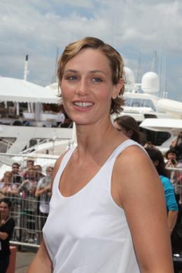 photo 13/33 - Cécile de France - Journée du 15 mai 2011 sur la Croisette - Le gamin au vélo - © Isabelle Vautier pour CommeAuCinema - Cannes 2011