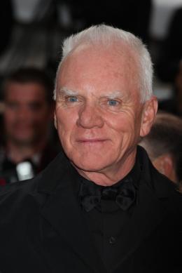 Malcolm McDowell Mont�e des marches du film La Piel que habito - Mai 2011 photo 8 sur 13