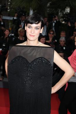 photo 61/75 - Clotilde Hesme - Montée des marches du film La Piel que habito - Mai 2011 - La Piel que habito - © Isabelle Vautier pour CommeAuCinema - Cannes 2011