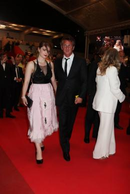 photo 31/48 - Eve Hewson et Sean Penn - Mont�e des marches du film This Must Be The Place - Mai 2011 - This must Be the Place - © Isabelle Vautier pour CommeAuCinema - Cannes 2011
