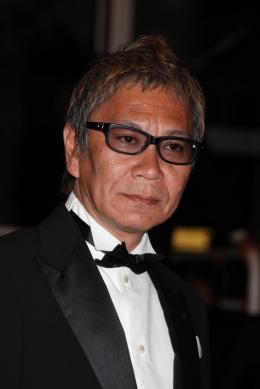photo 12/22 - Takashi Miike - Montée des marches du film Ichimei - Mai 2011 - Hara-Kiri : Mort d'un samouraï - © Isabelle Vautier pour CommeAuCinema - Cannes 2011