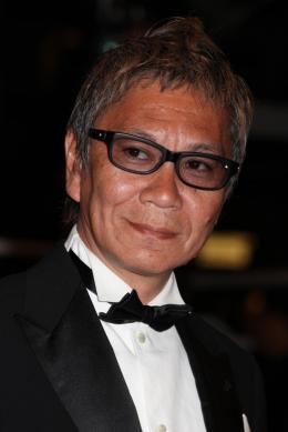 photo 10/22 - Takashi Miike - Montée des marches du film Ichimei - Mai 2011 - Hara-Kiri : Mort d'un samouraï - © Isabelle Vautier pour CommeAuCinema - Cannes 2011