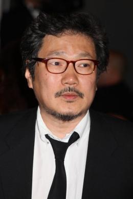 photo 11/22 - Hong Sang-soo - Montée des marches du film Ichimei - Mai 2011 - Hara-Kiri : Mort d'un samouraï - © Isabelle Vautier pour CommeAuCinema - Cannes 2011