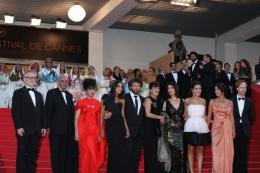 photo 51/97 - L'équipe du film - Montée des marches du film La Source des Femmes - Mai 2011 - La Source des femmes - © Isabelle Vautier pour CommeAuCinema - Cannes 2011