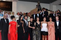 photo 43/97 - L'équipe du film - Montée des marches du film La Source des Femmes - Mai 2011 - La Source des femmes - © Isabelle Vautier pour CommeAuCinema - Cannes 2011