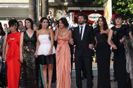 photo 44/97 - L'équipe du film - Montée des marches du film La Source des Femmes - Mai 2011 - La Source des femmes - © Isabelle Vautier pour CommeAuCinema - Cannes 2011