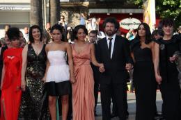 photo 46/97 - L'équipe du film - Montée des marches du film La Source des Femmes - Mai 2011 - La Source des femmes - © Isabelle Vautier pour CommeAuCinema - Cannes 2011