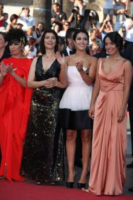 photo 45/97 - Hiam Abbas, Sabrina Ouazani et Hafsia Herzi - Montée des marches du film La Source des Femmes - Mai 2011 - La Source des femmes - © Isabelle Vautier pour CommeAuCinema - Cannes 2011