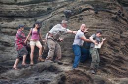 photo 1/50 - Luis Guzman, Vanessa Hudgens, Michael Caine, Dwayne Johneson, Josh Hutcherson - Voyage au centre de la Terre 2 : l'île mystérieuse - © Warner Bros