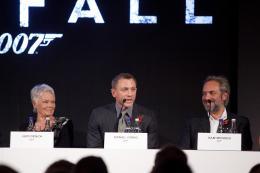 photo 65/67 - Judi Dench, Daniel Craig et Sam Mendes - Conf�rence de presse du film Skyfall - Skyfall - © Sony Pictures
