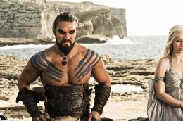 photo 43/78 - Jason Momoa, Emilia Clarke - Game of Thrones - Saison 1 - © Warner Home Vidéo