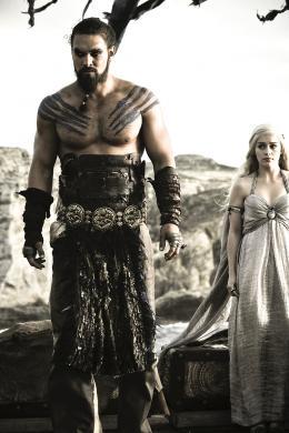 photo 24/78 - Jason Momoa, Emilia Clarke - Game of Thrones - Saison 1 - © Warner Home Vidéo