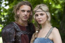 photo 4/14 - Jamie Campbell Bower et Tamsin Egerton - Camelot - Saison 1 - © Métropolitan Film Export