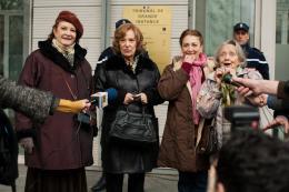 photo 4/18 - Bernadette Lafont, Carmen Maura, Dominique Lavanant, Françoise Bertin - Paulette - © Gaumont Distribution