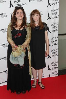 photo 18/24 - Agnès Jaoui et Isabelle Carré - Paris Cinéma 2012, Présentation du film Du Vent dans mes mollets - Du vent dans mes mollets - © Isabelle Vautier pour CommeAuCinema.com