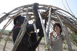 photo 9/10 - Zabou Breitman - Rendez-vous en Terre inconnue - Zabou Breitman chez les Nyangatom en Ethiopie - © Buena Vista Home Entertainment