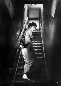 Quand une femme monte l'escalier photo 1 sur 4