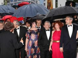 photo 137/143 - L'équipe - sous la pluie - de Vous n'avez encore rien vu - Cannes 2012 - Nos plus belles photos du Festival de Cannes 2012 ! - © Isabelle Vautier pour CommeAuCinema.com