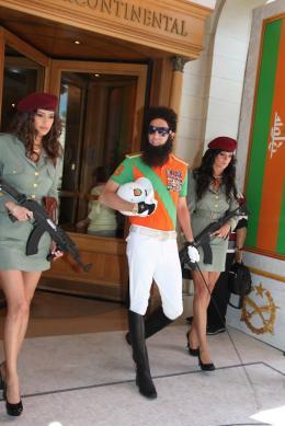photo 56/143 - Le Dictator Sacha Baron Cohen prend un bain de foule - Cannes 2012 - Nos plus belles photos du Festival de Cannes 2012 ! - © Isabelle Vautier pour CommeAuCinema.com