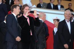 photo 76/143 - Wes Anderson veut garder un souvenir de sa mont�e des marches - Cannes 2012 - Nos plus belles photos du Festival de Cannes 2012 ! - © Isabelle Vautier pour CommeAuCinema.com