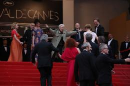 photo 116/143 - Alain Resnais accueille son �quipe en haut des marches du Palais des festivals  - Cannes 2012 - Nos plus belles photos du Festival de Cannes 2012 ! - © Isabelle Vautier pour CommeAuCinema.com