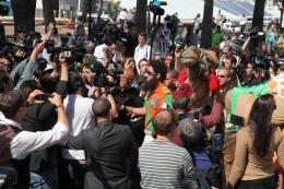 photo 55/143 - Le Dictator Sacha Baron Cohen prend un bain de foule - Cannes 2012 - Nos plus belles photos du Festival de Cannes 2012 ! - © Isabelle Vautier pour CommeAuCinema.com