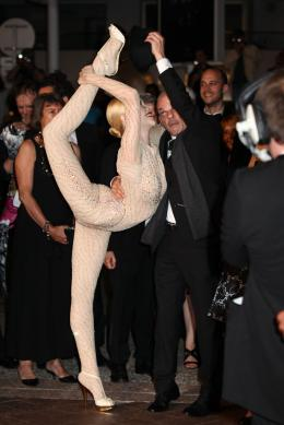 photo 61/143 - Denis Lavant et... euh... une dame vraiment tr�s souple - Cannes 2012 - Nos plus belles photos du Festival de Cannes 2012 ! - © Isabelle Vautier pour CommeAuCinema.com