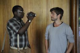 photo 3/6 - Jonathan Manzambi, Julien baumgartner - Chez nous c'est trois ! - © Rezo Films