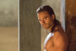 photo 16/16 - Dustin Clare - Spartacus : Les Dieux de l'Arène - © Fox Pathé Europa
