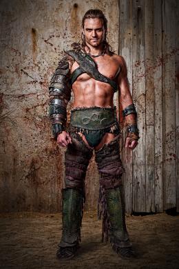 photo 2/16 - Dustin Clare - Spartacus : Les Dieux de l'Arène - © Fox Pathé Europa