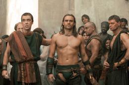 photo 12/16 - John Hannah, Dustin Clare - Spartacus : Les Dieux de l'Arène - © Fox Pathé Europa