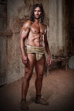 photo 4/16 - Manu Bennett - Spartacus : Les Dieux de l'Arène - © Fox Pathé Europa