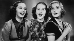 photo 1/1 - Trois jeunes filles à la page