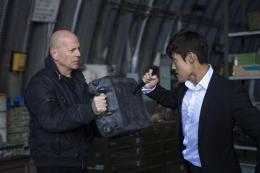 photo 16/41 - Bruce Willis et Hun Lee - Red 2 - © SND