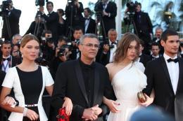 photo 37/45 - L�a Seydoux, Abdellatif Kechiche et Ad�le Exarchopoulos - Cl�ture du Festival de Cannes 2013 - La Vie d'Ad�le - Chapitres 1 et 2 - © Isabelle Vautier pour CommeAuCinema.com