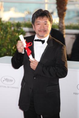 photo 16/17 - Hirokazu Koreeda - Photocall des laur�ats - Cannes 2013 - Tel P�re, tel fils - © Isabelle Vautier pour CommeAuCinema.com