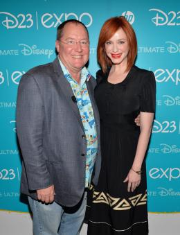 photo 19/37 - John Lasseter et Christina Hendricks - Clochette et la Fée Pirate D 23 - Clochette et la Fée Pirate - © Walt Disney Studios