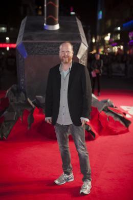 Joss Whedon Avant-première du film Thor le Monde des Ténèbres, Londres 2013 photo 9 sur 15