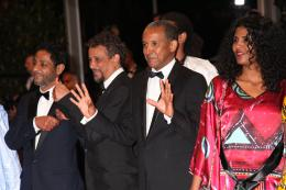 photo 8/17 - Toulou Kiki, Hichem Yacoubi, Abderrahmane Sissako - Mont�e des marches lors du 67�me Festival International du Film de Cannes 2014 - Timbuktu - © Isabelle Vautier pour CommeAuCinema.com