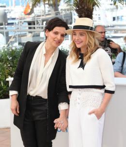 photo 24/63 - Juliette Binoche et Chloe Moretz - Photocall pour Sils Maria au 67ème Festival International du Film de Cannes 2014 - Sils Maria - © Isabelle Vautier pour CommeAuCinema.com