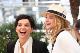 photo 25/63 - Juliette Binoche et Chloe Moretz - Photocall pour Sils Maria au 67ème Festival International du Film de Cannes 2014 - Sils Maria - © Isabelle Vautier pour CommeAuCinema.com