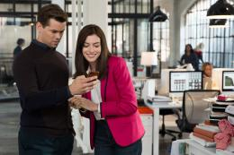 photo 29/36 - Andrew Rannells, Anne Hathaway - Le Nouveau Stagiaire - © Warner Bros