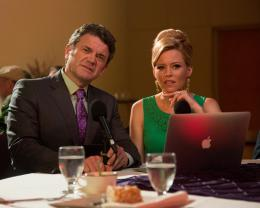 photo 2/46 - John Michael Higgins, Elizabeth Banks - Pitch Perfect 2 - © Universal Pictures International France